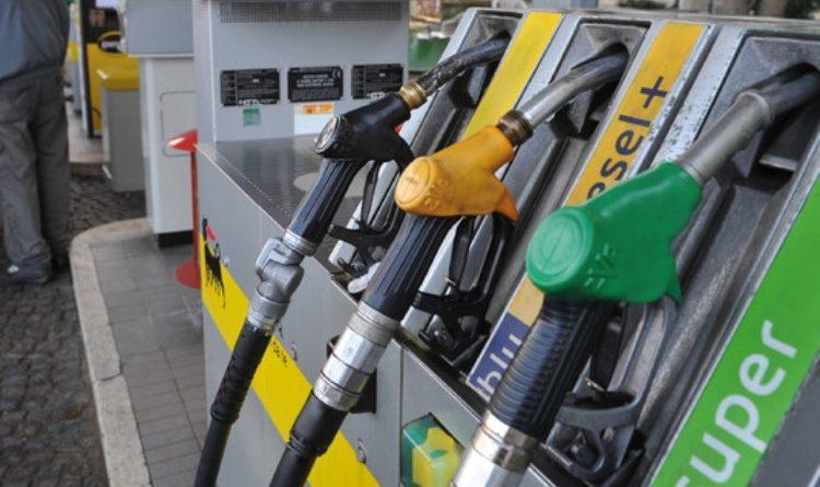 Benzina sfonda nuovo record a 1,593 euro al litro